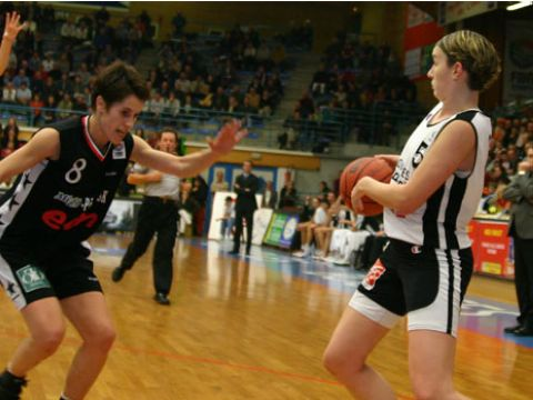 Elodie Godin (with ball, Bourges)